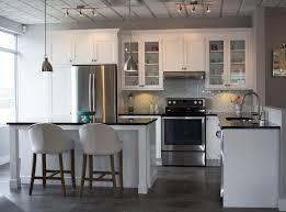 table comptoir cuisine tuile de mur briques grises lisses table à manger en bois blanc