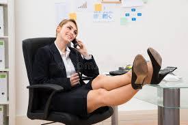 le de bureau sur pied femme d affaires au téléphone avec des pieds sur le bureau image
