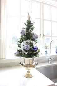 sapin de noel artificiel plus vrai que nature sapin blanc et bleu pour une déco de noël en esprit d u0027hiver
