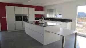 cuisine bordeaux laqué réalisation cuisines couloir modele venus blanc mat sans poignee
