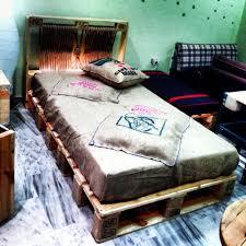 Platform Bed Pallet Diy Pallet Bed With Lights 99 Pallets