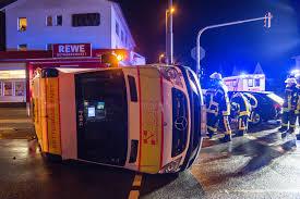 Jugendfeuerwehr Wiesbaden112 De Rettungswagen Kippt Bei Kreuzungsunfall Auf Die Seite