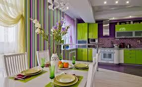 cuisine violette cuisine violette aux accents verts avec meubles en bois papier