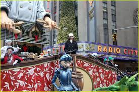 thanksgiving day parade 2014 idina menzel allison williams bring cheer at macy s