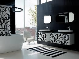 Salle De Bain Noir Et Blanc Design by Jouant De Rondeurs Voluptueuses Et De Surfaces étincelantes La