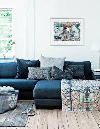 coussins canapé salon avec un canapé gris et des coussins ethniques