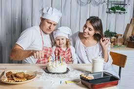maman cuisine famille fille heureuse avec la maman et papa à la maison dans la
