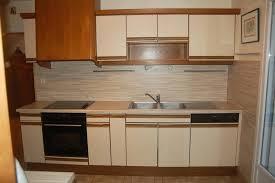 peinturer armoire de cuisine en bois peinture stratifie cuisine relooker cuisine en bois finest