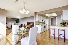 cucina e sala da pranzo sala da pranzo collegata alla cucina e soggiorno foto stock