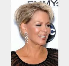 modele coupe de cheveux court femme 50 ans modele coiffure courte femme 50 ans style à faible épaisseur pour