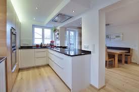 deckenlüfter küche küche mit weißen fronten und elementen aus amerik kirschbaum