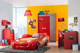 chambre voiture adopter le lit voiture pour la chambre de ses deux garçons