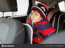 sécurité siège auto petit garçon enfant assis dans le siège auto sécurité hautes