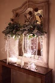 kerststuk op hoge glazen vaas met kerstverlichting kerststuk