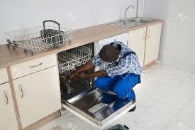 baisee dans sa cuisine africaine réparateur réparation lave vaisselle dans la cuisine