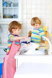 cuisine enfant garcon deux garçons de petit enfant lavant des plats dans la cuisine