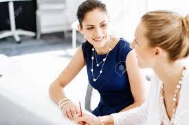 de sexe dans un bureau deux collègues de sexe féminin travaillant ensemble dans le bureau