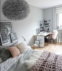 idee pour chambre adulte déco couleur peinture mur gris linge de lit gris et blanc coussin