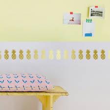 frise adhésive chambre bébé la frise adhésive ananas dorés par mimi lou apporte un joli décor