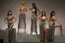 helena and more u002790s supermodels reunite for versace