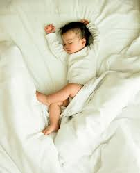 bébé dort dans sa chambre aider bébé à s endormir omum