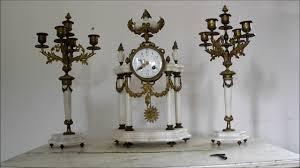 cheminee ethanol style ancien parure de cheminée pendule a colonnes marbre blanc chandeliers