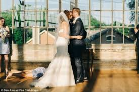 wedding help 10 hilarious wedding fails you can t help but laugh at