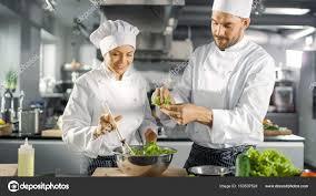 chefs de cuisine celebres équipe hommes et femmes célèbres chefs préparer la salade pour leurs