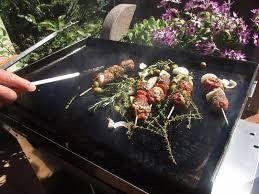 cuisiner à la plancha gaz brochettes de viande légumes cuisson à la plancha à gaz