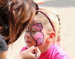 Kleine K Hen Künstler Malt Schmetterling Auf Dem Gesicht Des Netten Kleinen