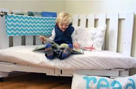 coin lecture chambre mes idées déco chambre d enfant un coin lecture en palette