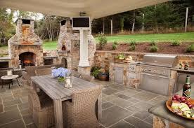outdoor küche mit pizzaofen und edelstahl geräten outdoor