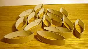 creation avec des rouleaux de papier toilette une couronne de noël en rouleaux de papier toilette emballage cadeau