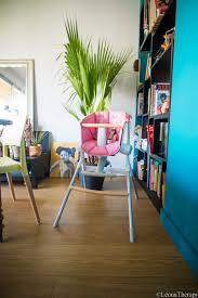 chaise haute beaba a table avec bébé dans la chaise haute up beaba