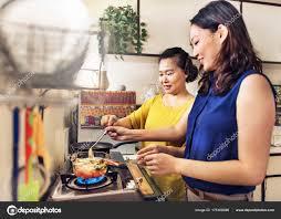 mere et fille cuisine asiatique mère et la fille de cuisine photographie rawpixel