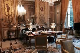 bureau president laurent grasso signe un sur le bureau du président de la république