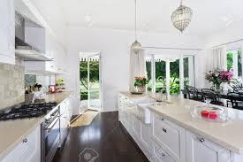 cuisine ouverte sur s駛our légant cuisine ouverte avec des appareils en acier inoxydable et une