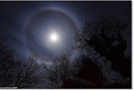 Halos Around Lights Ice Halo Around The Moon Seen In The Uk Earth Changes Sott Net