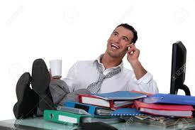 employé de bureau employé de bureau occasionnels avec les pieds sur le bureau banque d