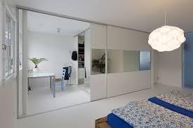 Schlafzimmer Mit Ankleide überbreite Schiebetüren Mit Spiegelband Als Kleiderschrank Und