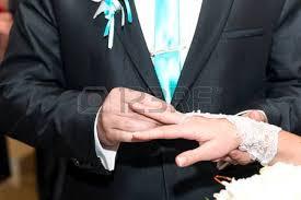 baise au bureau la mariée et le marié danser et baiser dans le bureau d