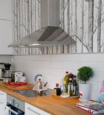 papier pour cuisine le papier peint woods gris et blanc dans une cuisine papier peint