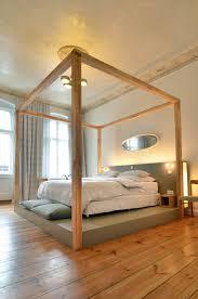 Schlafzimmerm El Berlin Das Bett Auf Einem Podest Lässt Den Raum Ganz Anders Wirken