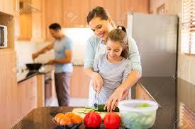 cuisine en famille famille repas préparer dans la cuisine banque d images