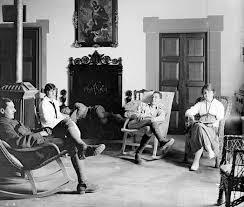 si e l or l grup de persones conversant i descansant a la masia barnils a sant