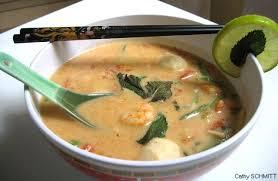 cuisine thailandaise recette cuisine asiatique soupe thaï épicée aux crevettes poisson et lait