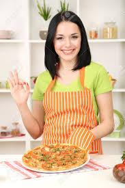 menagere cuisine fille ménagère avec une délicieuse pizza sur fond de cuisine banque