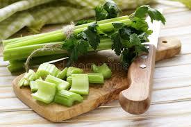 cuisine celeri céleri vert coupé sur un panneau de cuisine image stock image du