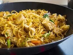 cuisiner des pates chinoises wok de nouilles chinoises à la dinde et petits légumes recette