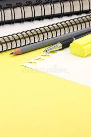 le de bureau jaune fournitures de bureau crayons carnets de marqueur se trouvant sur